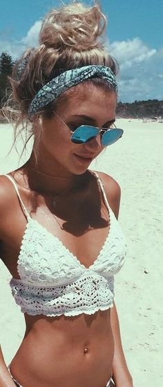 Bikini mit Häkeltop zur Pilotenbrille, fehlt ja nur noch das Bandana im Haar! Bikini with crocheted top for aviator sunglasses, missing only the bandana in her hair! Ideas Para Photoshoot, Outfit Strand, Bikini Modells, Daily Bikini, Bikini Babes, Bikini 2018, Bikini Beach, Sexy Bikini, Bikini Girls