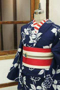濃紺色に冴え冴えとした白一色で染め出された薔薇の花枝が詩情をさそう注染レトロ浴衣です。