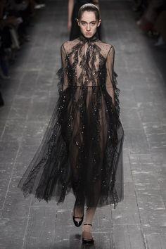 Valentino a surpris son public pendant la fashion week de Paris en présentant des looks à l'allure gothique. Focus: robe noire en tulle