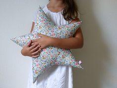 Coussin Etoile en Liberty Betsy porcelaine : Chambre d'enfant, de bébé par ma-souris-rose-le-shop