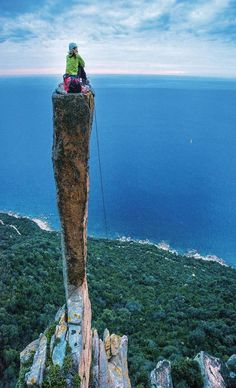 The mind flies without limit atop this unreal rock flame rising from the Sardinia sea Ph. Mountain Climbing, Rock Climbing, Climbing Outfits, Escalade, Scary Places, Mountaineering, Belle Photo, Bouldering, Cool Photos