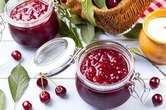 Ist das lecker! Ganz einfaches Rezept für Sauerkirschmarmelade aus frischen Früchten.