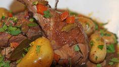 Brisen kylling - Kyllinger godt marinert i rødvin før de has i gryten med grønnsaker og god saus. Pot Roast, Bacon, Ethnic Recipes, Food, Carne Asada, Roast Beef, Meals, Yemek, Pork Belly
