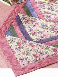 love this table runner pattern : )  ♥  ^j^