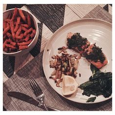 This should be called the BF pleaser @jshealth...2 outta 2 ammiright @bellalheathcote ? ✔️ roasted fennel, herby salmon and Sweet potato fries HELLO!