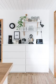 Our kitchen {tips for a cozy kitchen} - three kinds of love affairs - Küche - Coffee bar on Malm dressers and open shelves - Coffee Bars In Kitchen, Cozy Kitchen, Kitchen Decor, Kitchen Tips, Decorating Kitchen, Kitchen Dining, Dining Room, Home Interior, Kitchen Interior