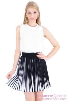 Regata de tecido acetinado com bordados. Perfeita para looks elegantes com saia ou calça! -- A saia plissada é cintura alta e evasê. Linda e feminina! O tecido crepe combina com regatas, croppeds, camisas e bodys! Para usar muitas vezes!  -- Coquetel -- Passeio -- Teatro -- Aniversário -- Festa
