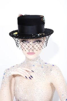 Galleries of haute couture and ready to wear hat collections and handbags. Philip Treacy Hats, Fascinators, Headpieces, Millinery Hats, Stylish Hats, Love Hat, Outfits With Hats, Aw17, Girl With Hat