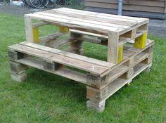 Een picknicktafel van pallets........lakje erover en klaar!