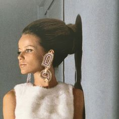 I wish we could see more #glam with #hair especially at these #redcarpet events. Flashback to #Veruschka & her iconic #chignon.