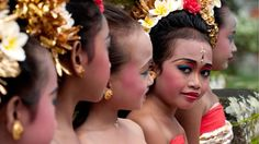 Balinese children: always so bright and colorful !!
