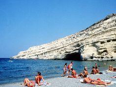 """#Griechenland - """"Das Leben auf den Inseln läuft ganz normal"""", beteuert Vassilis Minadakis. Er ist Hoteldirektor, zehn Minuten von Heraklion entfernt, in einem Fünf-Sterne-Paradies. Sein Grecotel Amirandes haben die TUI-Kunden mal zu einem der 20 Lieblingshotels weltweit gewählt, doch auch er muss kämpfen. """"Es gibt einen Rückgang bei den Buchungen"""", bestätigt Minadakis zögernd.    Nun darf man sich Kreta nicht menschenleer vorstellen, trotz Krise sind tausende Touristen auf der Insel. ..."""