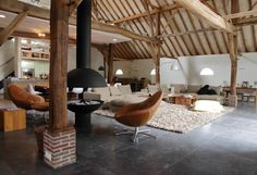 Deze boerderij, een rijksmonument met een 18e-eeuws voorhuis en 19e-eeuwse bedrijfsgedeelten, is gerestaureerd en verbouwd tot een ruime woning.http://www.verlaanenbouwstra.nl/
