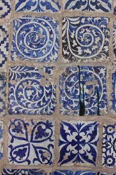 Pratt and Larson type of tile is one of the most iconic Hand painted blue tiles Tile Patterns, Textures Patterns, Print Patterns, Blue And White China, Love Blue, Tile Art, Mosaic Tiles, Motif Art Deco, Blue Tiles