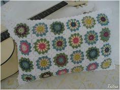 Housse de coussin rectangulaire, motifs au crochet Flowers in the snow, d'après un tutoriel de Solveig : http://solgrim.blogspot.no/2013/04/flowers-in-snow-pattern-in-english.html