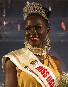 今年のミス・ウガンダ選考審査では、従来のファッションショーなどではなく、軍が支援する農業訓練プログラムが採用された。今、農業を打ち出そうとしているウガンダの顔となるためだ。- AFP   ミス・ウガンダ「農業経験と美」で勝ち抜き