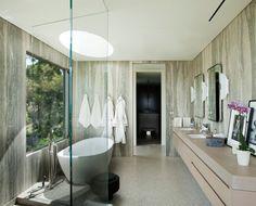 Bad mit Schlitz in der Decke für mehr Tageslicht