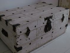 Oude witte kist / Old white chest.
