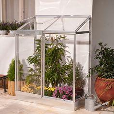 Une serre adossée sur un balcon ? Une idée intéressante pour du jardinage urbain ! Le modèle Soleil veranda 24 de Palram offre une petite surface cultivable ou pour entreposer ses fleurs en hiver.