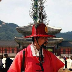 #Repost @wanderingon  One of the royal guards stands outside Gyeongbokgung Palace in Seoul South Korea.   #travel #Seoul #Korea #gyeongbokgung #palace #traveladdict #travelblog #WhereintheworldisJPKC #igersoftheday #igersofny #igerslondon #picoftheday