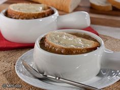 There& a secret ingredient in this easy French Onion Soup that will surprise you. Try it for yourself and see why this is one of the most popular onion soup recipes we have ever shared! Mr Food Recipes, Onion Soup Recipes, Chili Recipes, Cooking Recipes, Yummy Recipes, Salad Recipes, Dinner Recipes, Korma, Gourmet