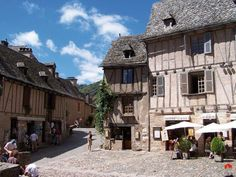Conques-place-gens-_-dlebig.jpg