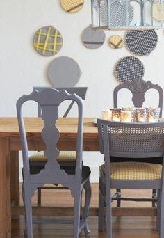 Verschiedene Stühle, gleich lackiert