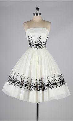Vestido Vintage 1950s Branco Bordado Preto