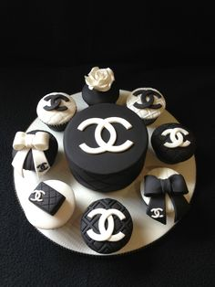Chanel cake and cupcakes made for an 21 st birthday Fancy Cakes, Cute Cakes, Mini Cakes, Cupcake Cakes, Chanel Torte, Bolo Chanel, Chanel Mini, Chanel Black, Channel Cake