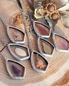 """La natura in un gioiello: i pendenti vintage di Stanislava Korobkova """"Credo che la Natura già crei cose incredibili e bellissime. Tutto quello che mi resta da fare è donar loro una cornice che conservi intatta la loro bellezza per sempre"""""""