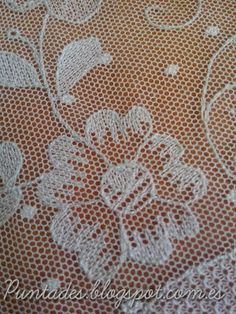 Puntades: Bordado en tul Tambour Embroidery, Bead Embroidery Patterns, Hungarian Embroidery, Types Of Embroidery, Ribbon Embroidery, Embroidery Stitches, Drawn Thread, Lacemaking, Point Lace