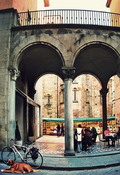 I was at this exact spot in Lucca, 2004!  Hubby bought 2 prints right here, and we had the best meal right after - Coniglio con Tomate, Olive Nere e Lauro (Braised rabbit with tomatoes, green olives, bay leaves & herbs)