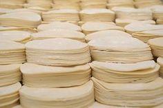 Una receta para un clasico de la cocina de Argentina. Las tapas de empanadas . Son bastante laboriosas de lograr, usan la tecnica de ho... Pasta Maker, Looks Yummy, Deli, Cooking Tips, Bakery, Chips, Bread, Tableware, Food