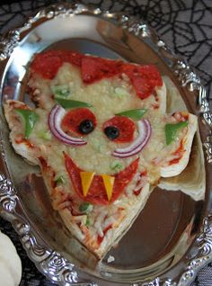 It's a good thing Halloween only comes once a year. If Sue and I cooked everyday like we cook for Halloween we would both weigh a. Halloween Pizza, Halloween Desserts, Dulces Halloween, Halloween Party Treats, Hallowen Food, Halloween Appetizers, Halloween Dinner, Halloween Goodies, Snacks Für Party