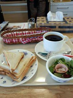 今日のお昼ご飯はホットサンドピザ味とブレンドコーヒーホットいただいています。おいしいです。