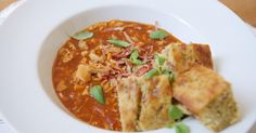 Milované i zatracované hovězí dršťky a k tomu luxusní nezvyklá příloha – majoránková buchta, jejíž přípravu si pusťte v bonusovém videu. V někom může hlavní ingredience vzbuzovat trošku nedůvěru. Ale zapomeňte na klasickou dršťkovou polévku někde z bufetu… Thai Red Curry, Menu, Ethnic Recipes, Food, Red Peppers, Menu Board Design, Eten, Meals, Menu Cards