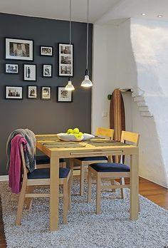 gostei da parede escura, da madeira clara, do tapete e das luminárias.