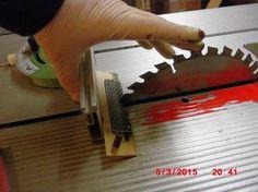 Eine einfache Methode ein Kreissägeblatt in eingebautem Zustand zu schärfen. Eine Holzleiste (ca. 20cm lang) im Winkel von 20° zuschneiden und mit einem Knopf / Griff versehen. Darauf mit doppelseitigem Klebeband eine kleine Diamantschleifplatte kleben. Die Vorrichtung wird durch den Queranschlag im exakten Winkel geführt und einfach ein paar Mal hin- und hergeschoben.Leichter Druck mit der l...