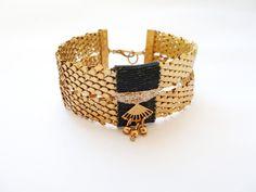 Bracelet manchette en ruban pailleté coloris vert forêt, écailles et estampe art décor en laiton doré de la boutique precieusesridicules sur Etsy