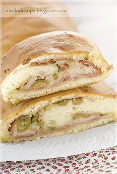 Pan relleno de jamón, queso y aceitunas  http://www.thespanishfood.es/2012/04/pan-relleno-de-jamon-queso-y-aceitunas.html