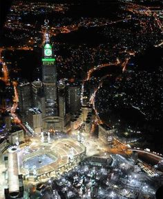 Breathtaking Shot of Mecca, Saudi Arabia *Peace between millions of Muslims, Christians, Buddhists - we are being manipulated against one another slow wars by The United States of Israel * Places To Travel, Places To See, Beautiful World, Beautiful Places, Amazing Places, Mekkah, Beautiful Mosques, Islamic Architecture, Empire State Building