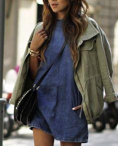 La robe en jean, un basique à porter aussi en tunique. - GORGEOUS, OUI !! Parka Militar, Look Fashion, Fashion Mode, Denim Fashion, Spring Fashion, Street Fashion, Net Fashion, Fashion Clothes, Fashion Beauty