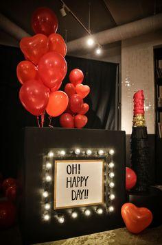 プレゼントBOXをイメージしたフォトブース。黒をベースに全体をシックにまとめ、真っ赤なルージュの大きいモチーフと、ハート形のバルーンで都会的な雰囲気に