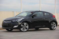 Hyundai Veloster KM 0 a estrenar- Versión Sport DCT y con un motor 1.6 GDI gasolina de 140 CV y cambio automático.       Garantía fabricante. IVA Deducible para empresas y autónomos (Incluido en el precio).   Tapicería de piel, navegador GPS integrado, sensores de luz y aparcamiento, techo solar o llantas de aleación de 18 pulgadas son algunas de las características que vienen incluidas en el coche.