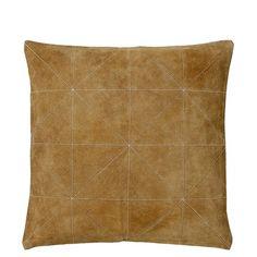 Pude fra Södahl som vil pynte i sofaen eller på sengen.   Materiale: 50 % skind og 50 % bomuld  Mål: 45 X 45 cm