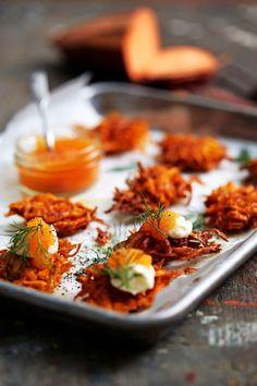 Frasiga små sötpotatisplättar med löjrom blir perfekta som förrätt eller till mingelfesten