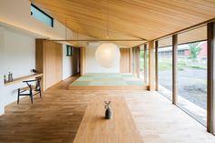 専門家:が手掛けた、畳スペースのある勾配天井のLDK(自然の恵みを感じる家)の詳細ページ。新築戸建、リフォーム、リノベーションの事例多数、SUVACO(スバコ) Japanese Interior Design, Home Interior Design, Interior Styling, Tatami Room, Timber Ceiling, Amazing Spaces, Japanese House, Home Hacks, Minimalist Home