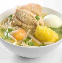 Además de nutritiva, esta sopa de pollo es muy deliciosa. Prepararla te tomará 45 minutos, ¡aquí la receta! Ingredientes 1 kilo Pechuga De Pollo 125 gramos Fideos o tallarines 6 tazas Agua 4 Patatas 5 Huevos bien lavados Sal 1 cubito Caldo De Pollo 1 ramita Cebollino