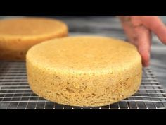 How to bake flat cake layers using cake strips / Vanilla Cake Recipe Bake Flat Cakes, No Bake Cake, Cake Decorating Icing, Cake Decorating Techniques, Cake Recipes, Dessert Recipes, Moist Cakes, Round Cakes, Cake Toppings