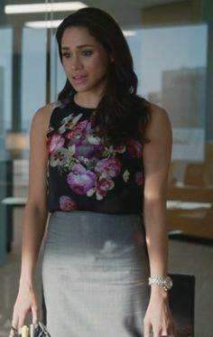 Pretty Meghan Markle our Duchess Suits Meghan, Suits Rachel, Meghan Markle Suits, Estilo Meghan Markle, Meghan Markle Style, Suit Fashion, Work Fashion, Rachel Zane Outfits, Floral Tops